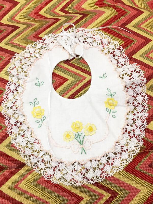 Bavaglino neonati con ricamo fiori