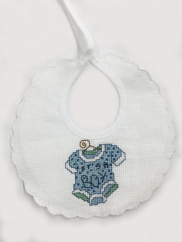 Bavaglino-neonati-con-vestitino-decorato-a-punto-a-croce